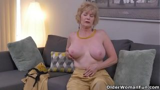 American blonde gilf Sindee Dix strips off and rubs one out
